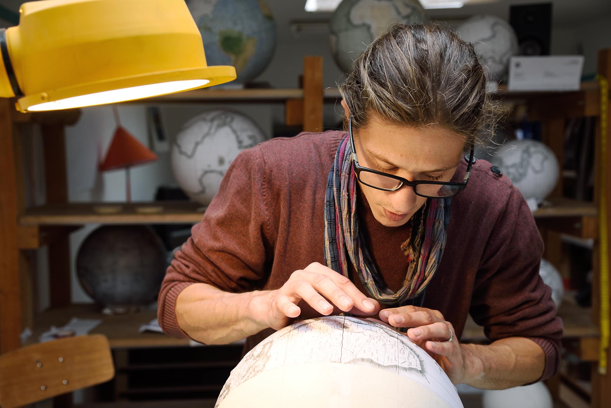 De ses mains, faire tout un monde… – Portrait d'un géographe-fabricant de globes terrestres.