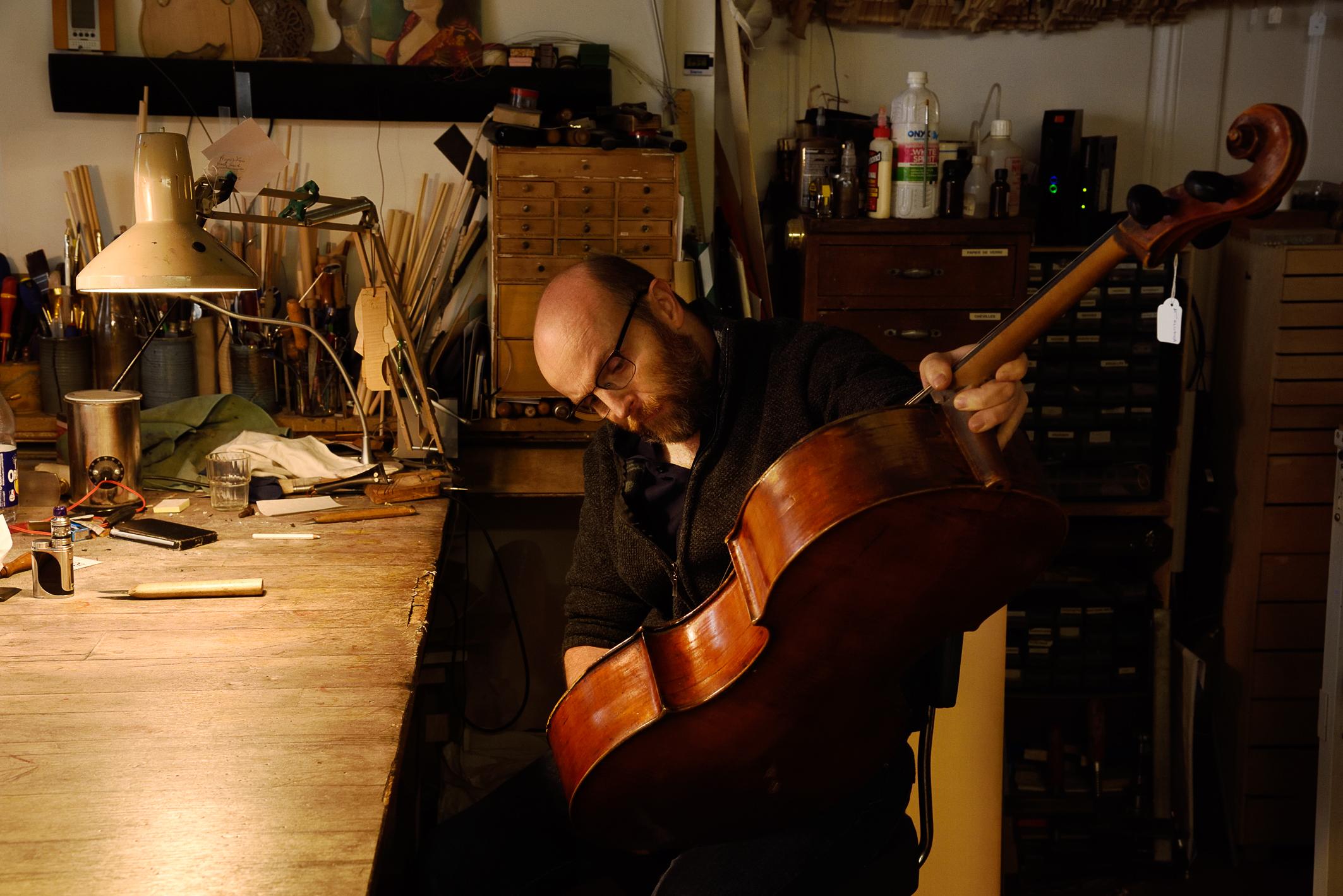 Où la restauration d'un violon demande délicatesse et savoir-faire… – Portrait d'un luthier.